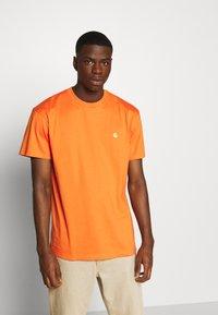 Carhartt WIP - CHASE  - T-shirt basique - clockwork/gold - 0