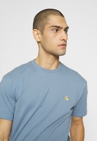 Carhartt WIP - CHASE  - T-shirt basique - blue-grey/gold - 4