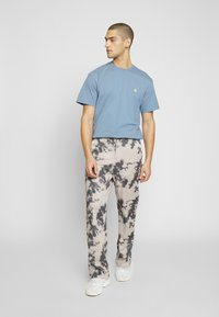 Carhartt WIP - CHASE  - T-shirt basique - blue-grey/gold - 1