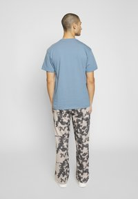 Carhartt WIP - CHASE  - T-shirt basique - blue-grey/gold - 2
