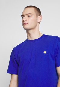 Carhartt WIP - CHASE  - T-shirt - bas - submarine / gold - 3