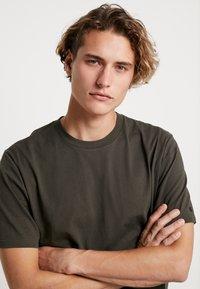 Carhartt WIP - BASE  - T-shirt basique - cypress/black - 4