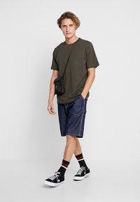 Carhartt WIP - BASE  - T-shirt basique - cypress/black - 1