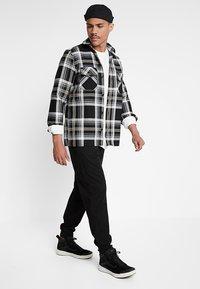 Carhartt WIP - BASE - Bluzka z długim rękawem - white/black - 1