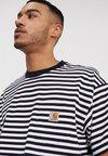 Carhartt WIP - BARKLEY POCKET  - T-shirt con stampa - dark navy/white
