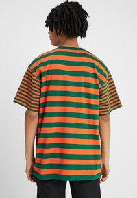 Carhartt WIP - BARKLEY POCKET  - T-shirt print - dragon/clivia - 2