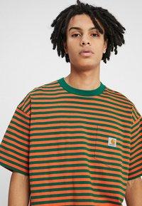 Carhartt WIP - BARKLEY POCKET  - T-shirt print - dragon/clivia - 4