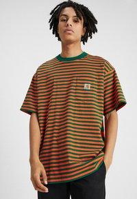 Carhartt WIP - BARKLEY POCKET  - T-shirt print - dragon/clivia - 0