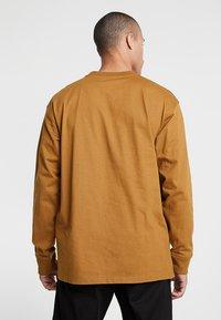 Carhartt WIP - AMERICAN SCRIPT LONGSLEEVE - Pitkähihainen paita - hamilton brown - 2