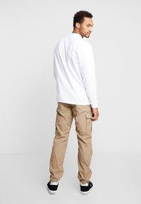 Carhartt WIP - MOCKNECK SCRIPT EMBROIDERY - Långärmad tröja - white/black - 2