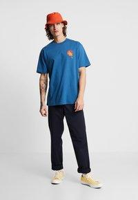 Carhartt WIP - MATCH  - T-shirts print - prussian blue - 1
