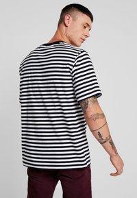 Carhartt WIP - HALDON POCKET - T-shirt med print - black/white - 2