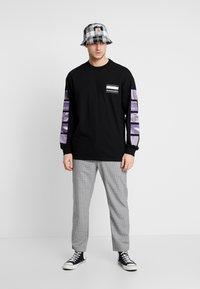 Carhartt WIP - STACK  - T-shirt à manches longues - black - 1