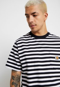 Carhartt WIP - SCOTTY POCKET  - T-shirt imprimé - dark navy / white - 3