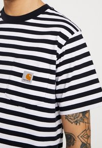 Carhartt WIP - SCOTTY POCKET  - T-shirt imprimé - dark navy / white - 5