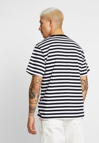 Carhartt WIP - SCOTTY POCKET  - T-shirt imprimé - dark navy / white - 2