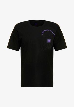 MOTOWN POCKET  - T-shirts med print - black/prism violet