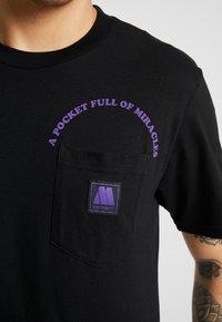 Carhartt WIP - MOTOWN POCKET  - Camiseta estampada - black/prism violet - 4