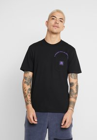 Carhartt WIP - MOTOWN POCKET  - Camiseta estampada - black/prism violet - 0