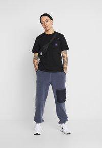 Carhartt WIP - MOTOWN POCKET  - Camiseta estampada - black/prism violet - 1