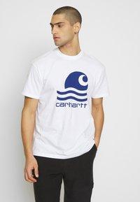 Carhartt WIP - SWIM - T-shirt imprimé - white/submarine - 0