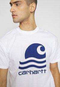 Carhartt WIP - SWIM - T-shirt imprimé - white/submarine - 4