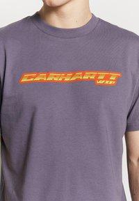 Carhartt WIP - SPORT SCRIPT - Print T-shirt - decent purple - 5