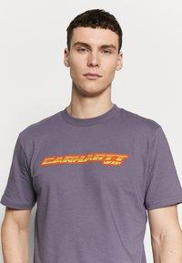 Carhartt WIP - SPORT SCRIPT - Print T-shirt - decent purple - 3
