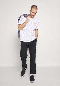 Carhartt WIP - FLAME  - T-shirt imprimé - white - 1