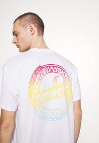Carhartt WIP - FLAME  - T-shirt imprimé - white - 5