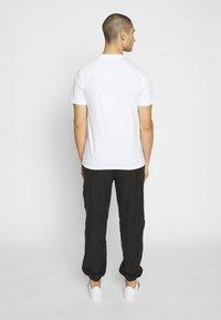 Carhartt WIP - FADING SCRIPT - T-shirt imprimé - white/pop coral - 2