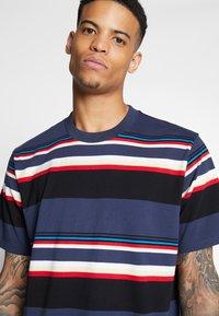 Carhartt WIP - SUNDER  - T-shirt imprimé - blue - 4