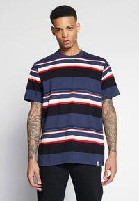 Carhartt WIP - SUNDER  - T-shirt imprimé - blue - 0