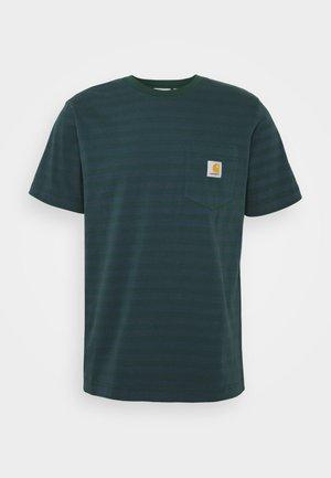 PARKER POCKET - Print T-shirt - green/admiral