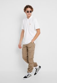 Carhartt WIP - CHASE - Polo - white/gold - 1