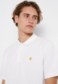 Carhartt WIP - CHASE - Polo - white/gold - 4