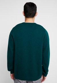 Carhartt WIP - ALLEN - Sweter - dark fir - 2