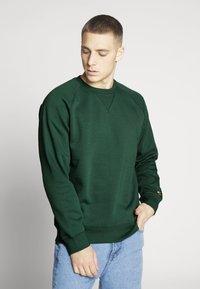 Carhartt WIP - CHASE  - Sweatshirt - dark green - 0