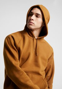 Carhartt WIP - HOODED CHASE  - Bluza z kapturem - hamilton brown/gold - 3
