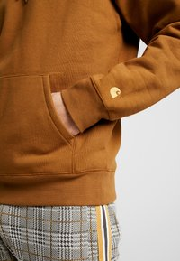 Carhartt WIP - HOODED CHASE  - Bluza z kapturem - hamilton brown/gold