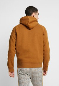 Carhartt WIP - HOODED CHASE  - Hoodie - hamilton brown/gold