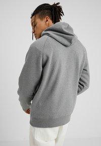 Carhartt WIP - HOODED CHASE  - Hoodie - grey - 2