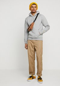 Carhartt WIP - HOODED CHASE  - Mikina skapucí - grey heather/gold - 1