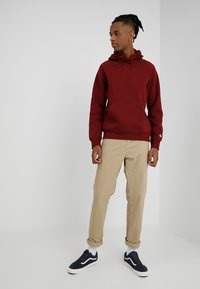 Carhartt WIP - HOODED CHASE  - Mikina skapucí - mulberry/gold - 1