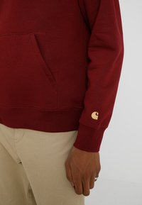 Carhartt WIP - HOODED CHASE  - Mikina skapucí - mulberry/gold - 5