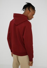 Carhartt WIP - HOODED CHASE  - Mikina skapucí - mulberry/gold - 2