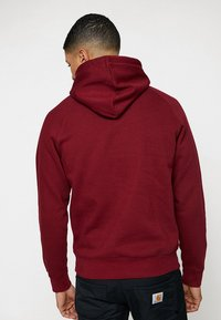 Carhartt WIP - HOODED CHASE  - Mikina s kapucí - cranberry/gold - 2
