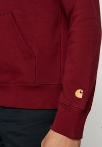 Carhartt WIP - HOODED CHASE  - Mikina s kapucí - cranberry/gold - 5