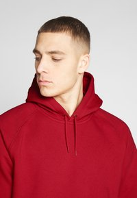 Carhartt WIP - HOODED CHASE  - Sweat à capuche - etna red/gold - 4