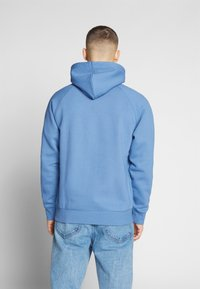 Carhartt WIP - HOODED CHASE  - Luvtröja - mossa / gold - 2
